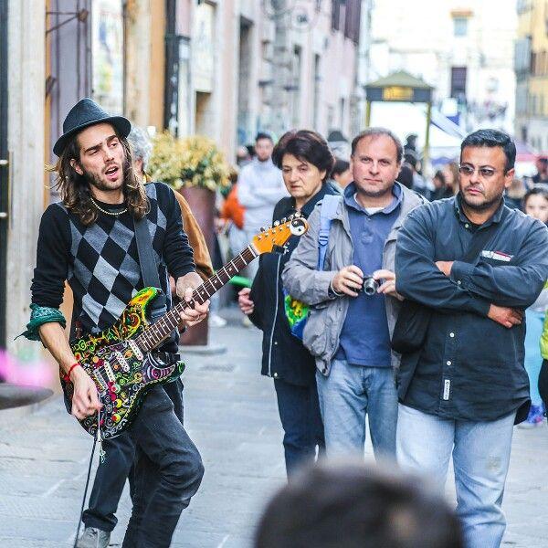 Вот, уличный музыкант в Перудже. Люблю музыкантов - им приходится как бы непосредственно работать, чтобы им непосредственно платили. #perugia