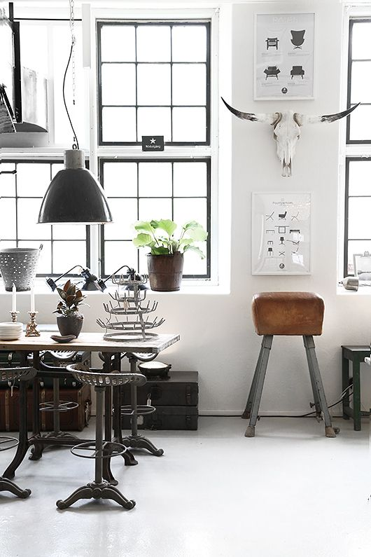 Interior design: Dining room, modern, industrial chic, old furniture and white walls, great space and lighting!
