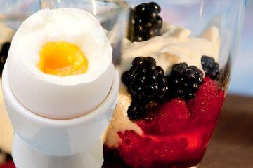 5.2 dieten, 5:2 dieten recept, 5:2 fastan, hallon, blåbär med kesella ocg ägg