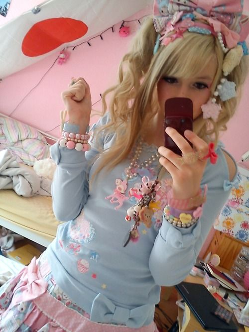So much cute in one outfit~ It's hard to handle~ >uKawaii Harajuku, Japanese Clothing, Japanese Kawaii, Kawaii Style, Gothic Lolita, Kawaii Lolita, Fairies Kei, Japanese Street, Beautiful Clothing