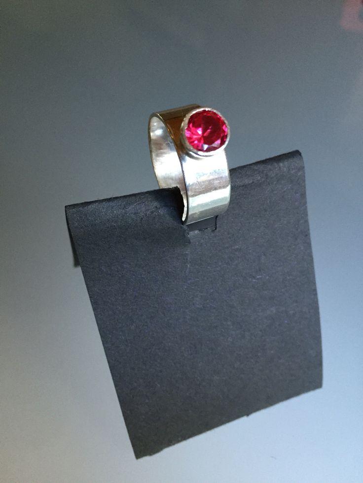 Kivi synteettinen rubiini