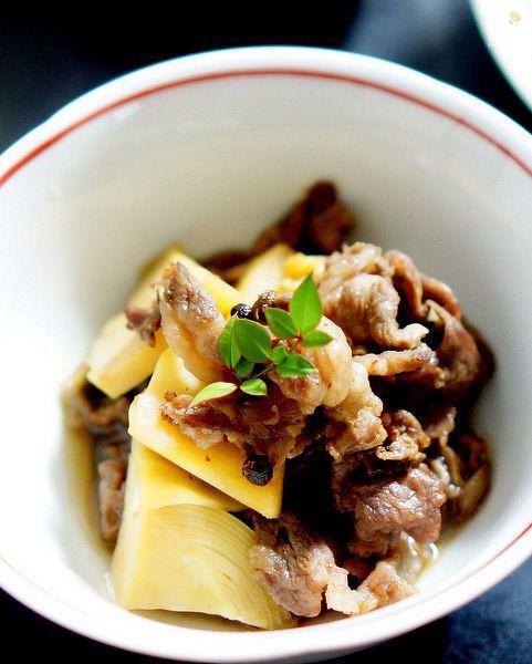 旬の茹でた筍と牛肉の煮物ですが実山椒の佃煮を使っています。