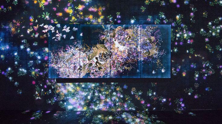 『群蝶図』。この群蝶は、羽の模様を変容させながら空間の中を舞う。また、同じ空間に展示された他の作品の中も舞う。他のインスタレーション作品の空間の中も、他のディスプレイの作品の中もシームレスに飛ぶことによって、作品のフレームという概念を解き放ち、作品間の境界をなくし、あいまいにしていく。群蝶は、他の作品の中の花が咲いている場所に集まるなど、他の作品の状態に影響を受けて飛ぶ。また、鑑賞者が触れると死んでいくなど、鑑賞者の振舞いに影響を受ける。この作品は、コンピュータプログラムによってリアルタイムで描かれ続けている。あらかじめ記録された映像を再生しているわけではない。全体として、以前の状態が複製されることなく、変容し続ける。つまり、今この瞬間の絵は、二度と見ることができない。