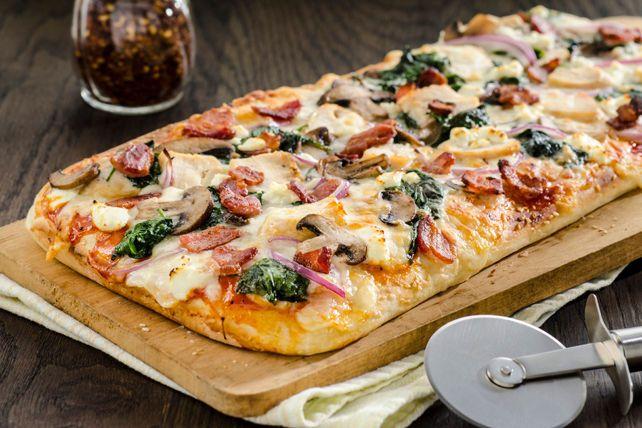 Pizza au poulet, au bacon, aux épinards et aux champignons