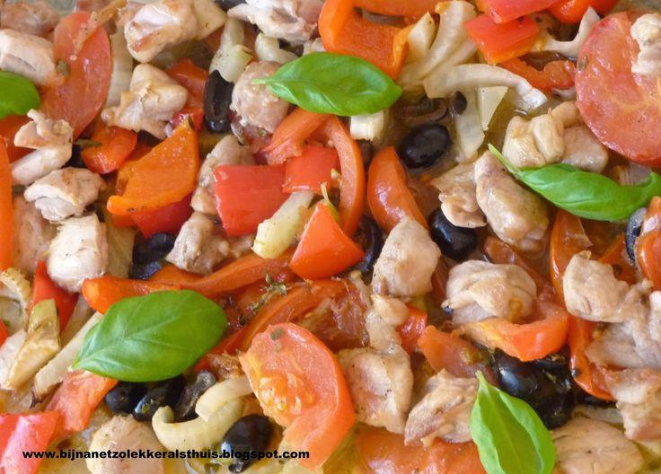bijna net zo lekker als thuis: Italiaanse ovenschotel van kip, venkel, olijven, tomaat en paprika