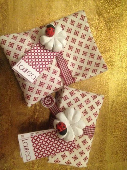 Portaconfetti in lino con magnete Linen bag and refrigerator magnet Bomboniera realizzata dagli utenti dell'Associazione di Volontariato Crescere Insieme - Termini Imerese