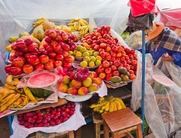 Barraca de frutas num mercado local de Oruro, Bolívia. Mesmo com a maioria dos pratos bolivianos sendo feitos a base de milho, batata e arroz, o país cultiva grande variedade de frutas