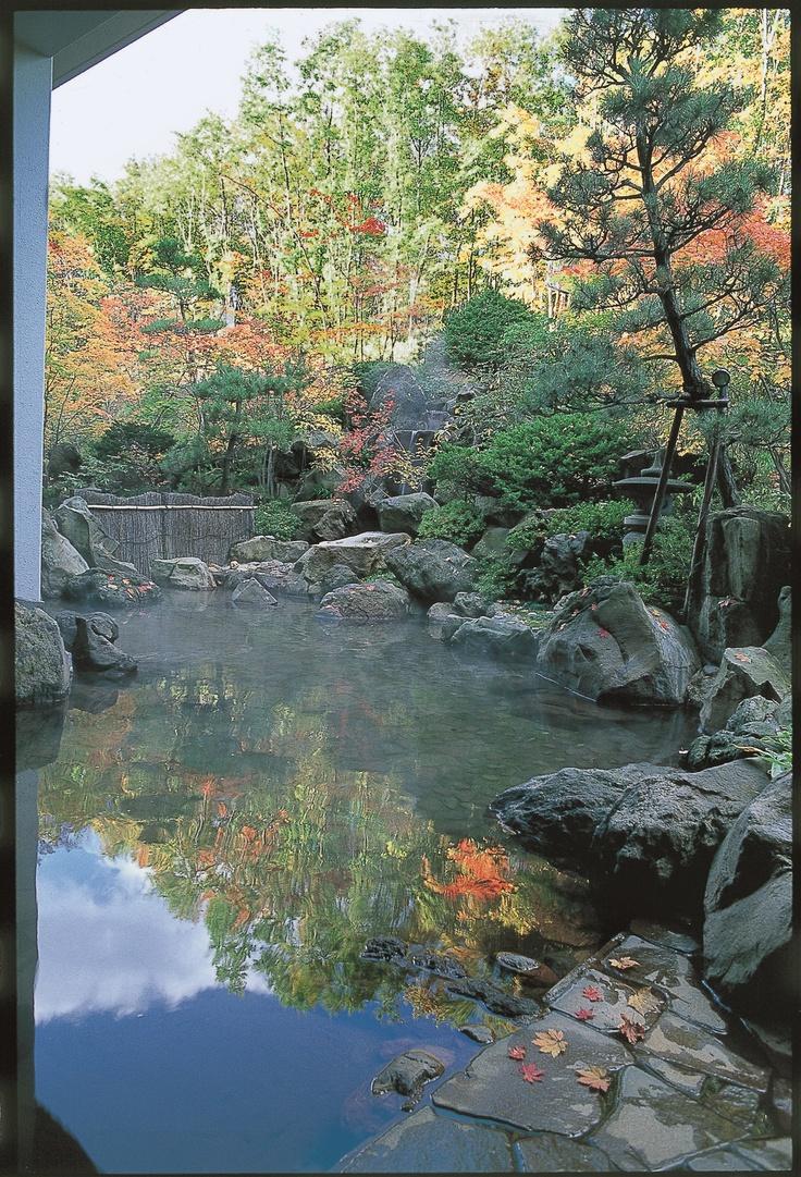 日本庭園の木々が色づき紅葉を楽しみながらの露天風呂。