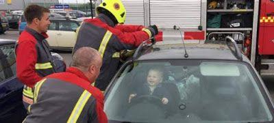 5 πυροσβέστες προσπαθούν να απεγκλωβίσουν μπόμπιρα ο οποίος το καταδιασκεδάζει!