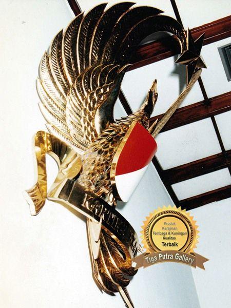 Logo TNI Angkatan Darat dari Kuningan yang terbuat dari bahan kuningan membuat lambang ini gagah dan indah di pandang asli dari kerajinan tembaga tiga putra