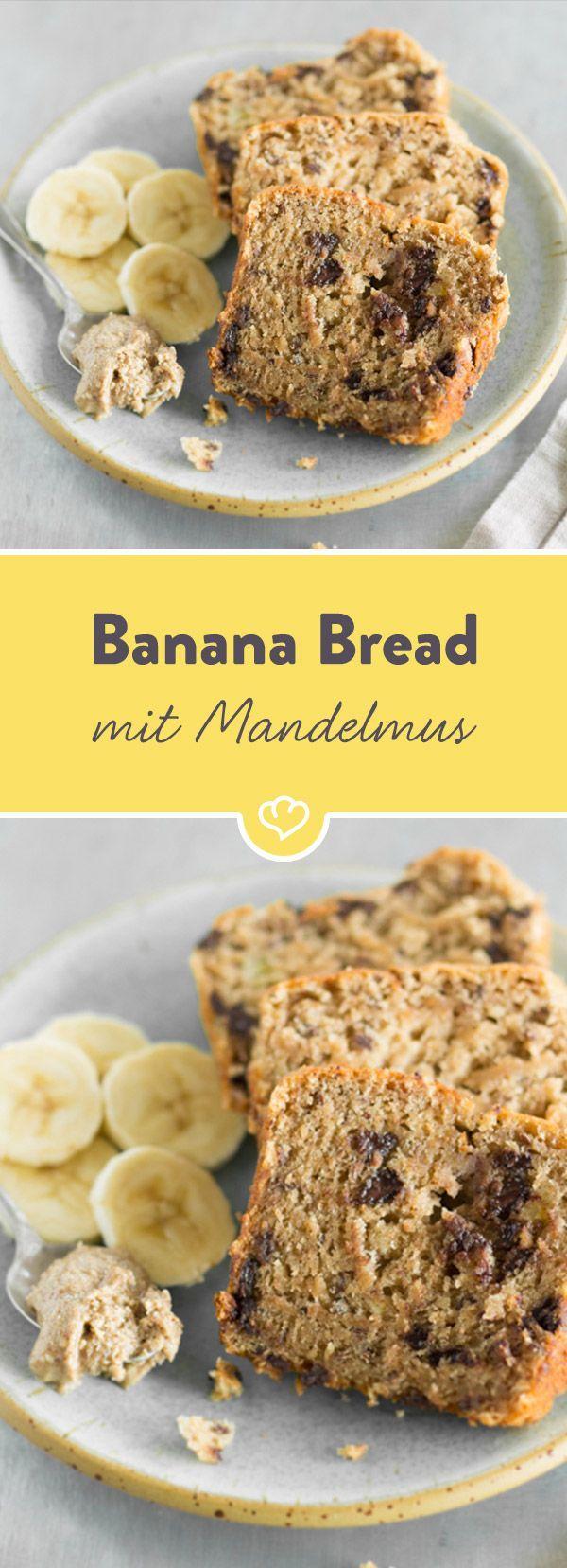 Brot oder Kuchen? Kuchen oder Brot? Dieses Banana Bread mit Mandelmus ist so gut, dass ich es am Morgen und am Abend genieße - mit Schokolade verfeinert.