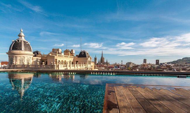 Piscine sur les toits de Barcelone.   Découvrez tout ce qu'il faut savoir sur les Rooftop !  http://www.novoceram.fr/blog/tendances-deco/rooftop-toit-terrasse  #toit-terrasse #piscine #barcelone #hotel #rooftop