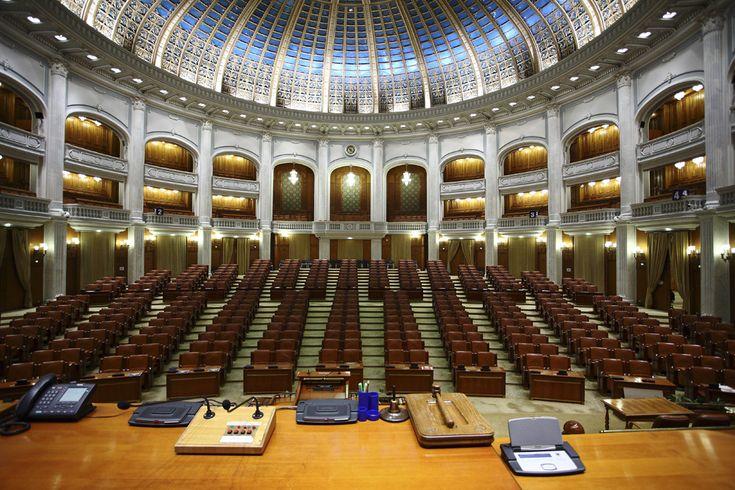 """Copii viziteaza sala de Plen a Camerei Deputaţilor, în cadrul celei de a V-a ediţii a evenimentului """"Porţi deschise pentru copii"""", cu ocazia Zilei Internaţionale a Copilului, la Palatul Parlamentului, în Bucureşti, sâmbătă, 31 mai 2014. (  Mihai Dăscălescu / Mediafax Foto  ) - See more at: http://zoom.mediafax.ro/travel/palatul-parlamentului-12828303#sthash.Usjh8v5j.dpuf"""