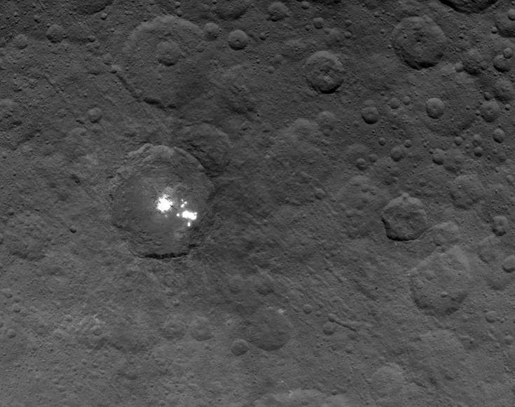 Planeta anão Ceres e seus misteriosos pontos brilantes. 4.400 quilômetros.