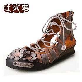 Открытые сандалии с цветочками на носке и шнуровкой на подъеме