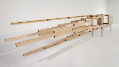 Sebastian Errazuriz diseñó una credenza que rompe con el mobiliario común. Su credenza Explosion no tiene los típicos compartimentos escondidos, sino que juega con el movimiento de sus diferentes piezas para crear un mueble digno de admiración.