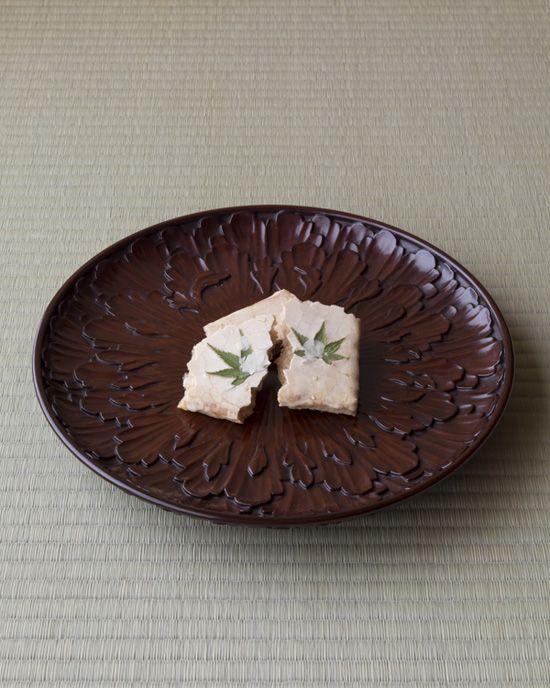 菓=京の土/亀末廣(京都) 器=鎌倉彫菓子盆 三橋了和作 大正時代