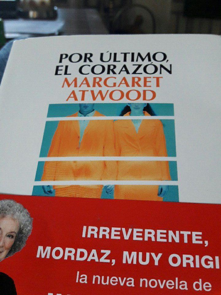 """molinos en Twitter: """"Las carcajadas que me estoy echando con el locurón que ha escrito @MargaretAtwood en su ultima novela son increibles. @Salamandra_Ed https://t.co/luF8SCRv26"""""""
