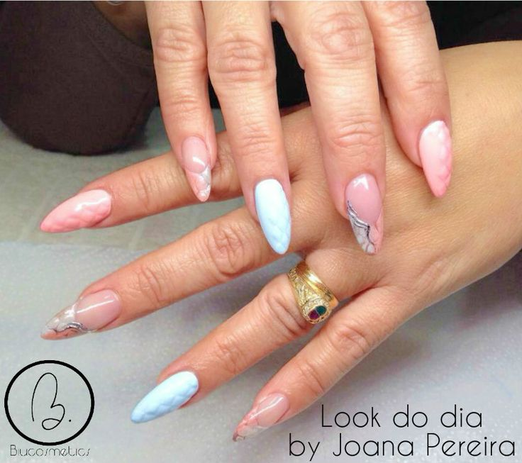 Hoje no #lookdodia temos um trabalho da nossa técnica Joana Pereira, onde predominam os tons pastel e um nail art com relevo muito sofisticado! wink emoticon Para adquirir os artigos da imagem pode aceder ao nosso site: http://biucosmetics.com/ As cores utilizadas pode visualizá las no link abaixo: http://biucosmetics.com/pastel-bora-bora.html http://biucosmetics.com/so-blush-rose.html http://biucosmetics.com/foil-platinum.html