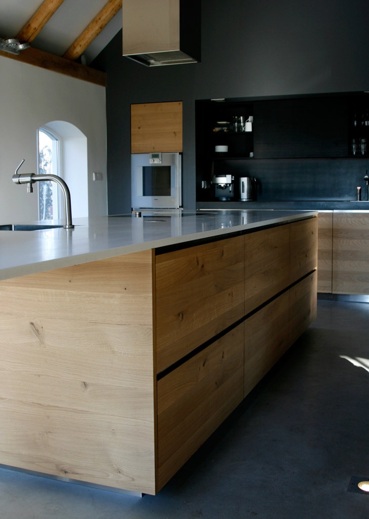modern spacious kitchen with island great mix of colours and materials - Kchenboden Modern