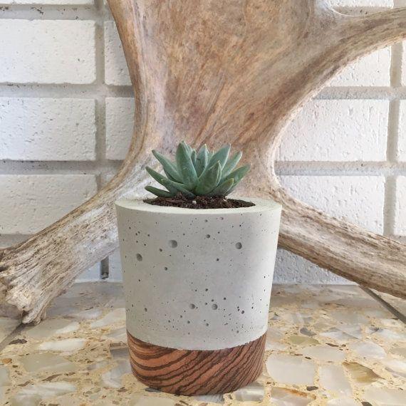 Naturale aspetto concreto con un legno esotico zebra base, levigata e finito per mettere in evidenza la venatura e il colore del legno aggiungere un contrasto sorprendente, moderno qualsiasi impostazione nella vostra casa!  Questa seminatrice a mano, cemento e legna è perfetta per il tuo piante grasse, cactus, piante o qualsiasi altra cosa di che si può pensare!  Ottimo per uso interno ed esterno.  Dimensioni del prodotto: Altezza: 4 Diametro: 4 cm Cavità interna: 2,5 diametro X 3 in…