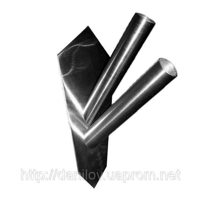 Держатель флага настенный 2-местный с вертикальным расположением древок с флагами. Может использоваться как флагшток под траурный флаг. Изготавливается из металла (нержавейка). Крепится на 3 болта. Внутренний диаметр трубок ― 28 мм.