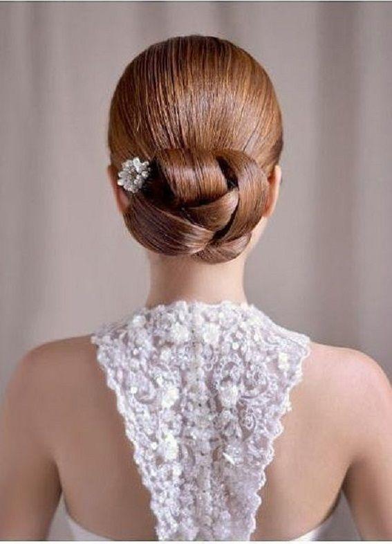 Moños bajos tanto para novias como para invitadas