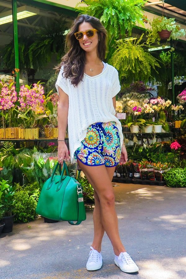 Luiza Sobral Look do dia camiseta branca, shorts estampado e tênis branco