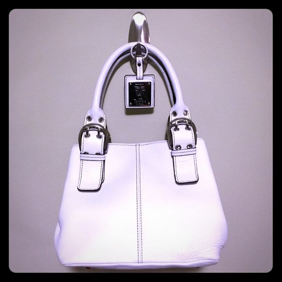 """White Leather Tignanello handbag & key ring Perfect compliment to a spring/summer wardrobe! This pristine white leather handbag measures approximately 11"""" x 7"""" at the base, with 7"""" depth inside the bag. Magnetic closure at the top with internal zipper pocket. Includes a matching key ring. Never used...It's hard to give this beauty up! Tignanello Bags Satchels"""