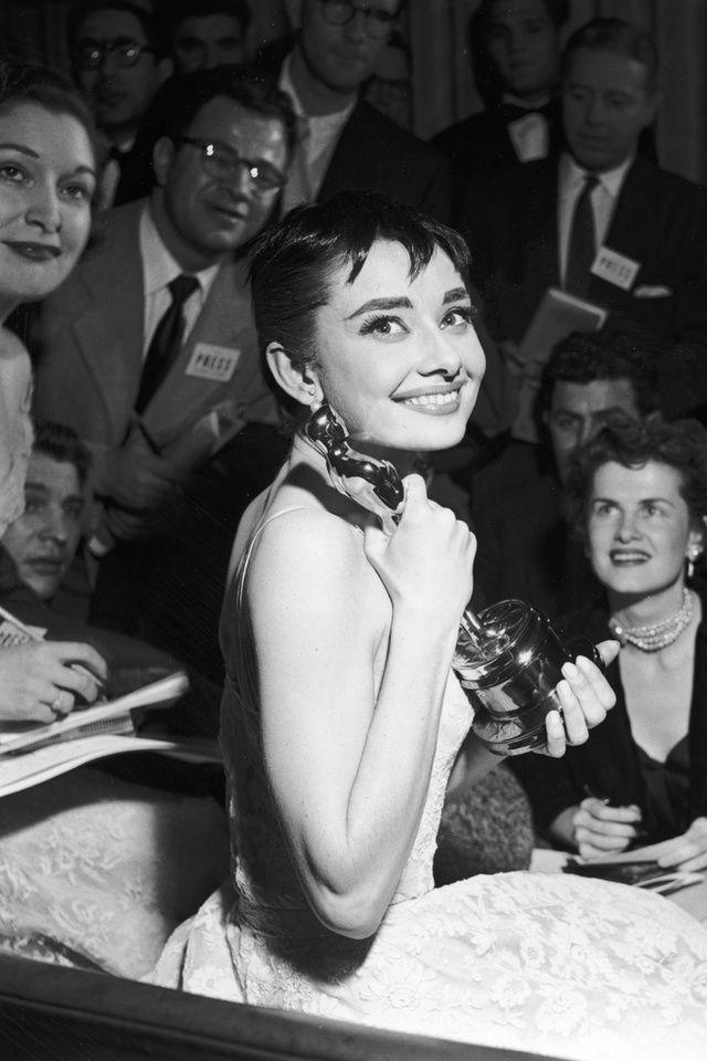 De son rire léger dans « Vacances romaines », film culte qui lui vaudra un Oscar à l'âge de 23 ans, à sa moue boudeuse dans « Diamants sur Canapé », la gracieuse Audrey Hepburn a profondément marqué l'histoire du cinéma. Retour en images sur les plus beaux instants volés de l'actrice.