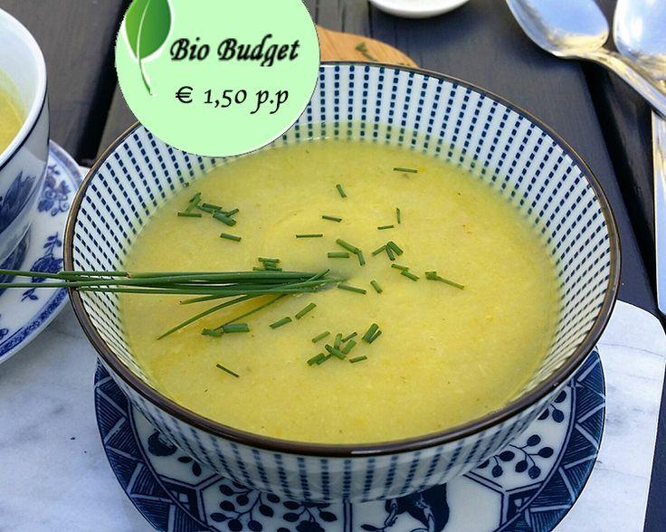 Wat kook jij vanavond? Dit recept is gemaakt van gele courgette en bloemkool, met als resultaat een smakelijke, zachte romige soep. Eet smakelijk!