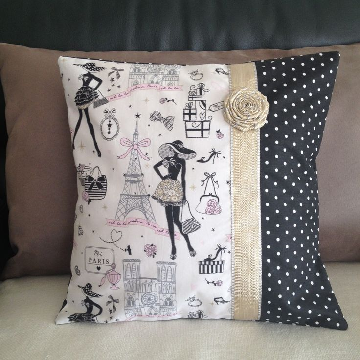 """Housse de coussin chic et retro  """"la parisienne"""" N°6 et tissu noir à pois avec son galon et fleur dorés"""