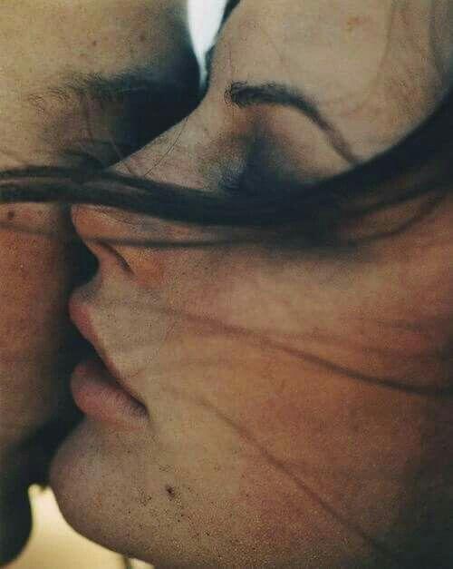 Abbracciarti per poi chiudere gli occhi e poggiare la mia guancia sulla tua ..strofinandola in ogni modo ..in ogni verso...ed è magnetico tutto ciò.. sento...ascolto in silenzio il tuo respiro.. Ti ho mai detto che so leggere i tuoi respiri??!! dalla tua bocca vicino il mio orecchio si sente come se fosse un caldo vento di scirocco nel deserto che parla di te..di me                       cit. me