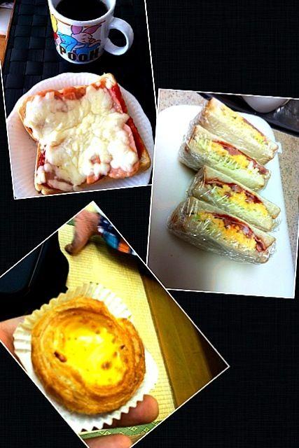 写真上:今朝の自宅モーニング♫ 女房謹製タップリチーズのピザトースト(^○^)  写真中:娘のLiveなので楽屋で食べるお弁当にサンドウイッチを父が作りました〜中身はスクランブルエッグとソーセージ、ハム、キャベツ♫  写真下:Live会場で娘のファンのお客様より頂いたエッグタルト(≧∇≦) - 38件のもぐもぐ - ピザトースト、サンドウイッチ、エッグタルト by マニラ男