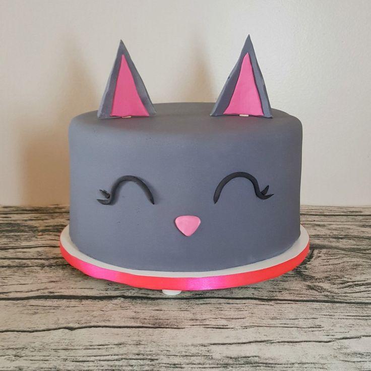 Bolo Gato   Acho que temos um novo queridinho por aqui! Já tivemos laranja, preto e agora cinza e pink. Será que o Bolo Gato vai passar o Bolo Unicórnio nas encomenas??  . Orçamentos e encomendas:  E-mail: contato@bolosdacintia.com  Whatsapp: (11) 96882-2623 . #bolosdacintia #bolodecorado #bologato #bologatinho #pink #gato #gateira #instacat #cat #catcake #cake #cakeboss #craycatlady #bolo