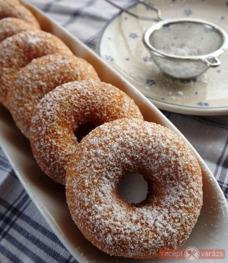 Egyszerűen, kevés alapanyagból, gyorsan elkészíthető édesség. Tízperces sütőporos fánk recept Készítsd el akár 2, vagy 12 főre, a Receptvarazs.hu ebben is segít!