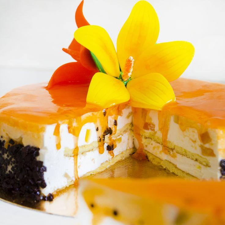 Mousse de fructul pasiunii, combinat cu bucati de papaya alb si rosu, ananas si guave, deliciul perfect pentru iubitorii aromelor tropicale.