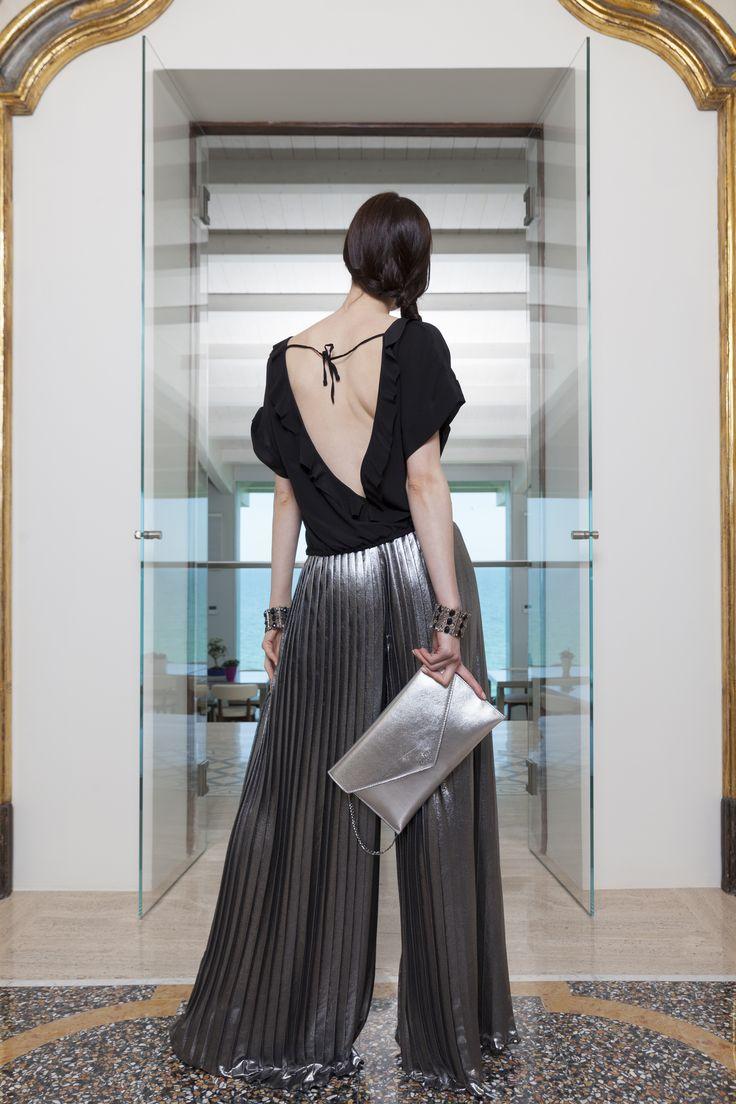 INDOSSARE LA LUCE? CON IL LAMÈ SI PUÒ! L'outfit da sera perfetto? Un pantalone a palazzo argento ed una blusa in seta abbinati ad una pochette e ad un sandalo. Ed è lamè obsession! #outfit #pantaloniapalazzo #pinko #blusa #sandali #michaelkors #platform #pochette #guess #tacchi
