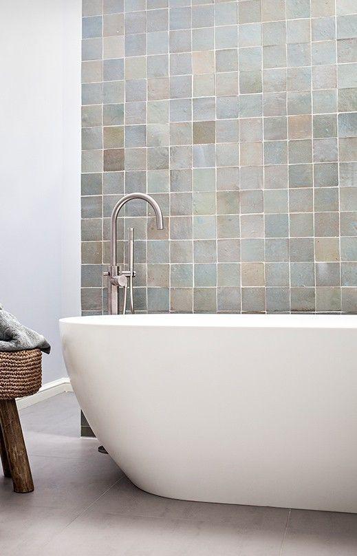 Unten – Fliesen in der Dusche und hinter der Badewanne