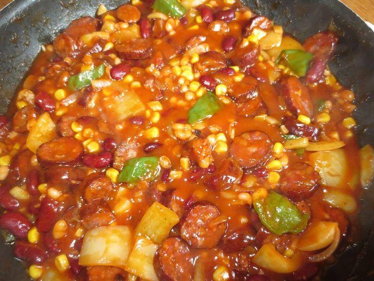 PÁNEV MEXIKO Zpěníme si cibulku,přidáme na kolečka klobásu a necháme trochu vysmažit.Pak přidáváme zeleninu...papriky,cuketu-na kostičky,kukuřici a fazole z plechu )dala jsem 2 druhy fazolí),skleničku zavařených,loupaných rajčat,3 lžíce kečupu,špetku pepře a chilli