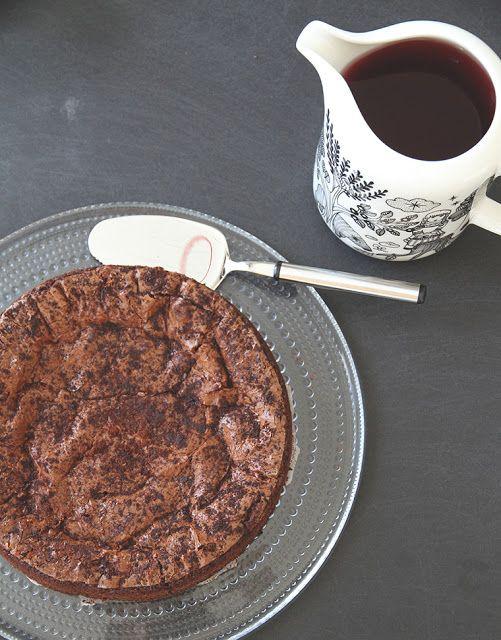 MARTAN KEITTIÖSSÄ: Pähkinä-suklaakakku