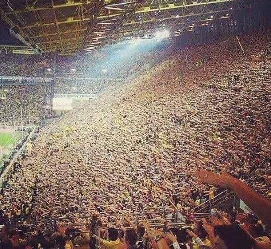 Jedyna taka publiczność na świecie • Oto fantastyczni fani Borussii Dortmund, którzy zawsze wspierają swoją drużynę • Zobacz więcej >> #bvb #borussia #football #soccer #sports #pilkanozna