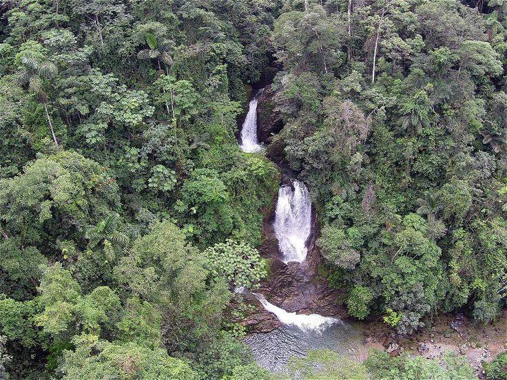 El Charco del Indio está a hora y media de Villagarzón y esconde una cascada que cae a una piscina natural apta para el baño de los turistas.