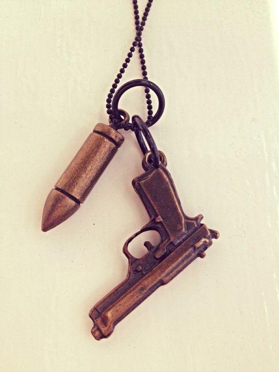 Ball chain ketting met gun en kogel op Etsy, 6,95€