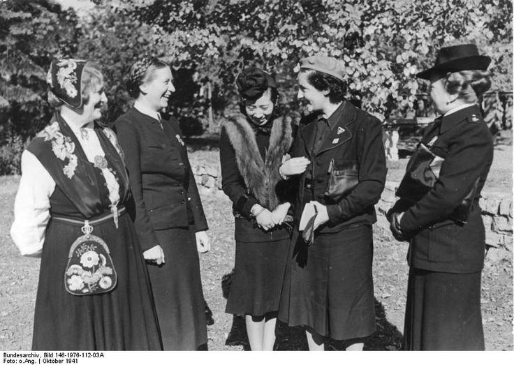 Internationales Frauentreffen in Berlin, an dem 13 Nationen teilnahmen. V.links n. rechts: Olga Bjone, Landesleiterin d. norwegischen NS-Frauenorganisation, Reichsfrauenführerin Scholz-Klink, die Gattin des japanischen Botschafters Oshima, die spanische Frauenführerin Pilar Primo de Rivera und Olga Medici (Ital.) (7.10.1941) Das Treffen war weniger international, als denn nationalsozialistisch