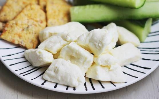 TRUC : Votre Cheddar en grains a fait un tour au frigo et ne fait plus « couic-couic »? Pour qu'il retrouve sa texture, placez le fromage dans un sac hermétique et déposez-le dans un bol d'eau chaude du robinet. Lorsque l'eau atteint la température ambiante, votre fromage est sauvé !