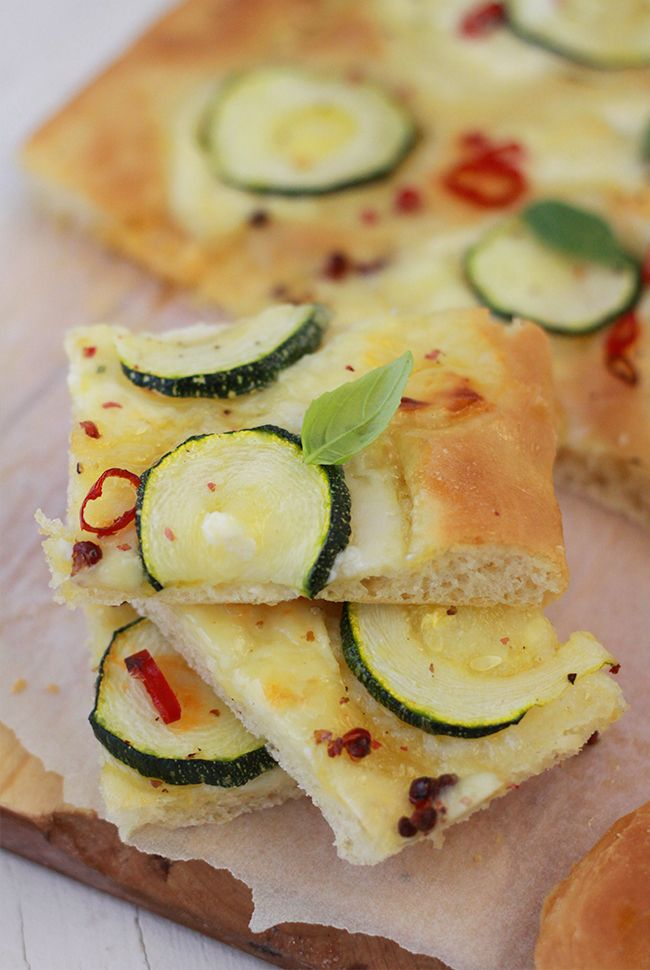 Focaccia aux courgettes chèvre et baies roses / Focaccia with zucchini and goat