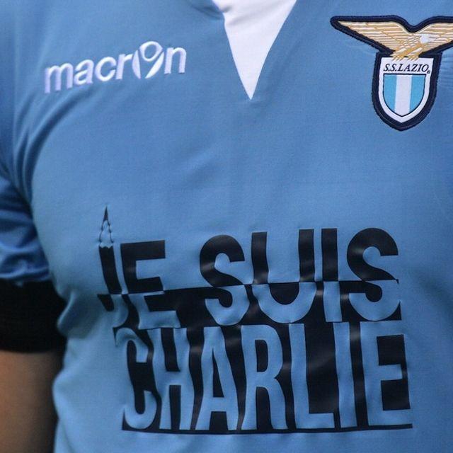 La #Lazio ha giocato il derby con la scritta nera #JeSuisCharlie sulla maglietta