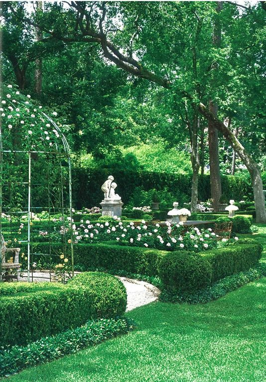 boxwood and pale pink roses in a garden in Houston, Texas: Woodham, Tom, European Influence, Veranda, August 2009. Photography by Peter Vitale; Landscape design by Danny McNair
