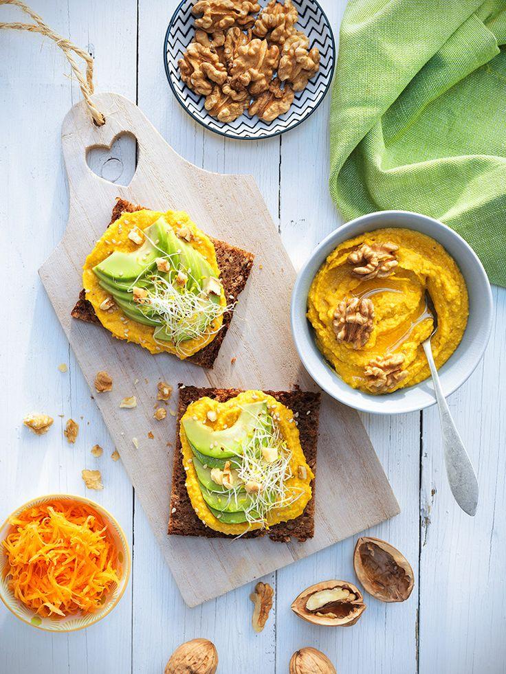 Tosta de hummus de zanahoria y nueces aguacate y brotes de alfalfa